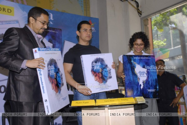 Aamir Khan and Kiran Rao at Dhobi Ghat DVD launch at Crossword, Kemps Corner (177585)