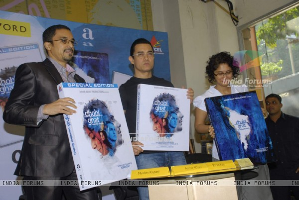 Aamir Khan and Kiran Rao at Dhobi Ghat DVD launch at Crossword, Kemps Corner (177586)