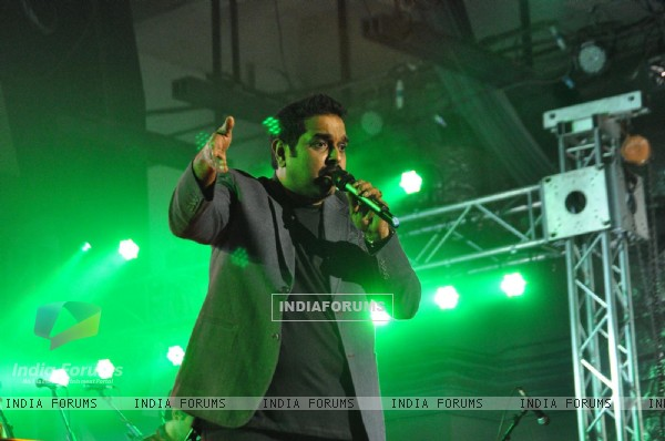Shankar Mahadevan performing live 'King in Concert' organized by Nagrik Shikshan Sanstha in Mumbai