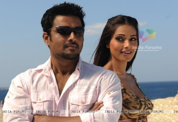 R. Madhavan and Bipasha in the movie Jodi Breakers (178576)