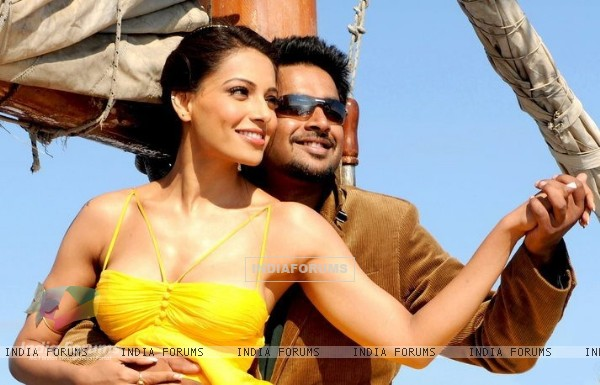 R. Madhavan and Bipasha in the movie Jodi Breakers