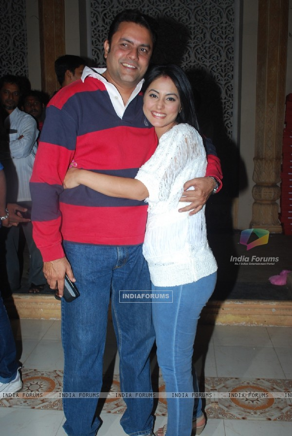 Hina Khan with Sanjeev Seth on the sets of 'Ye Rishta Kya Kehlata Hai' on completion of 800 episodes