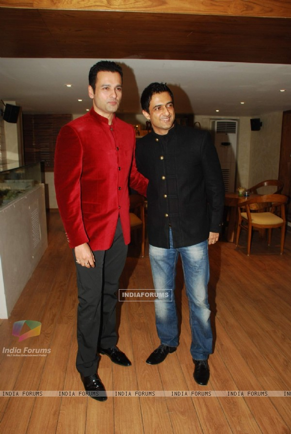Sanjay Suri and Rohit Roy at Mangi Ferra launch in Versova