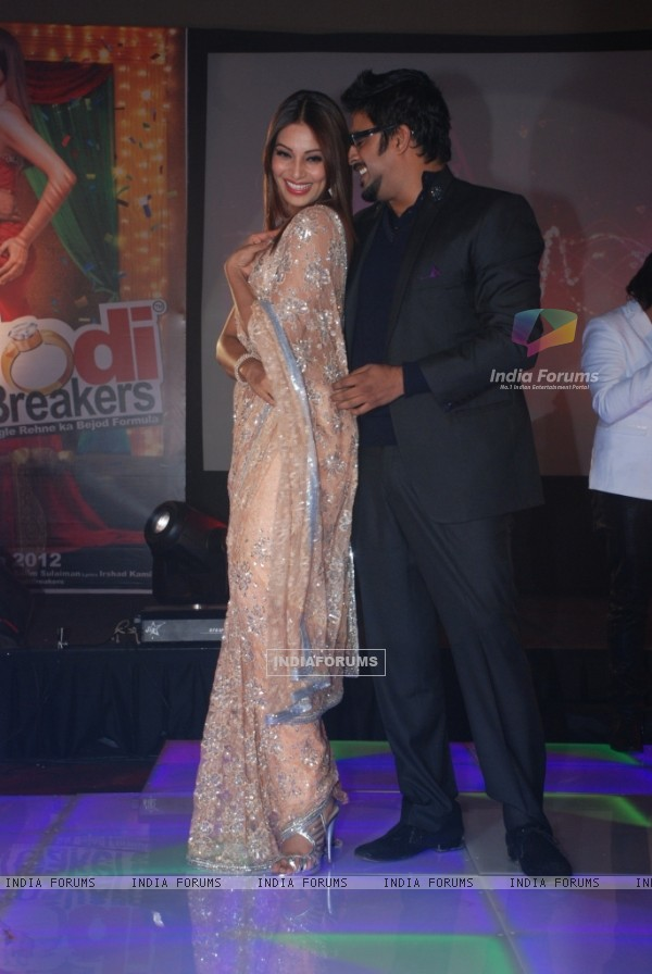 Bipasha Basu and R. Madhavan at Music launch of movie 'Jodi Breakers' at Goregaon (180404)