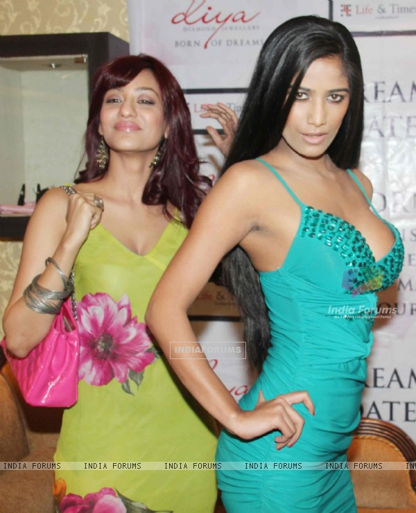 Poonam Pandey launch the Gitanjali Dream Date contest in Mumbai