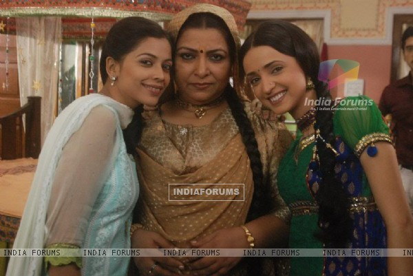 Sanaya, Deepali and Abhaa on the sets of Iss Pyaar Ko Kya Naam Doon