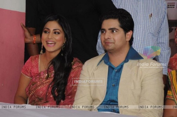 Karan Mehra and Hina Khan at Star parivaar awards 2012 tv show