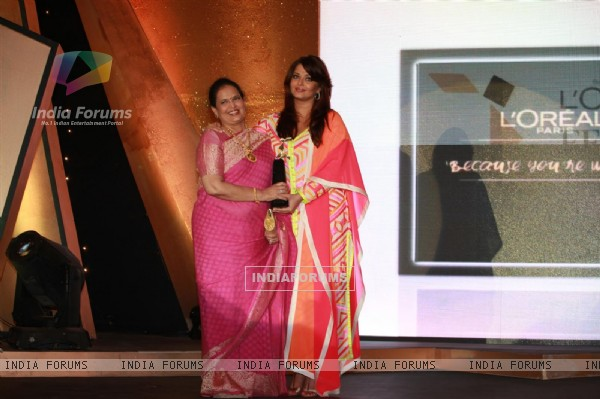 Aishwariya Rai with her mother Vrinda Rai at Loreal Femina Women Awards 2012