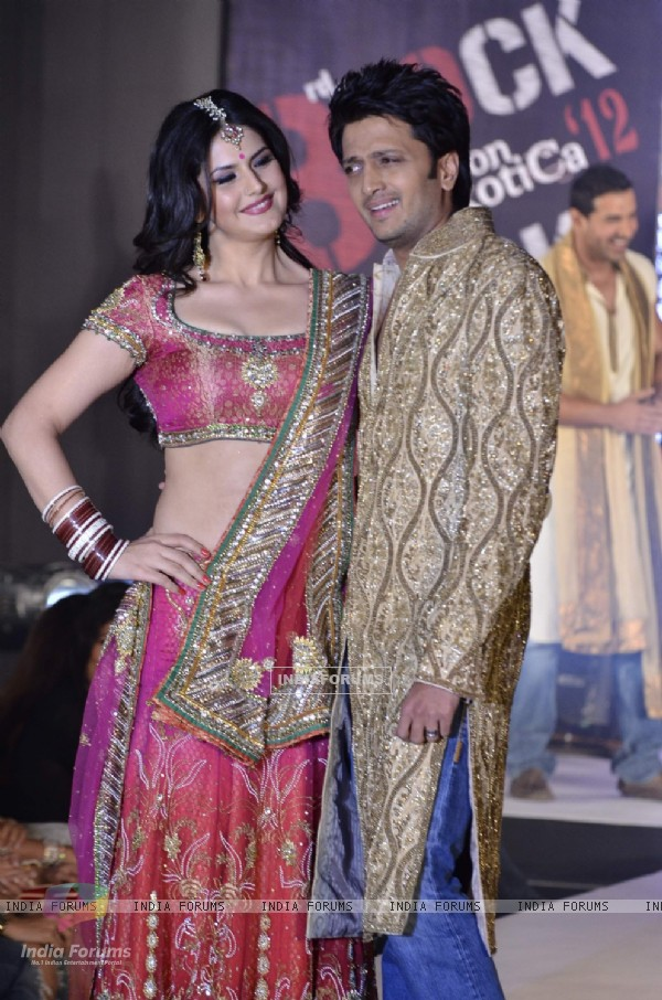 Zarine Khan and Ritesh Deshmukh of Housefull 2 at fashion show