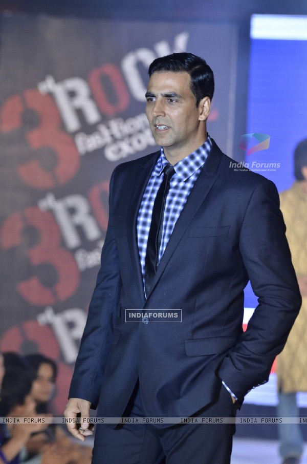 Akshay Kumar of Housefull 2 at fashion show (191403)