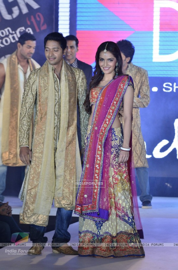 Shreyas Talpade and Shazahn Padamsee of Housefull 2 at fashion show (191405)