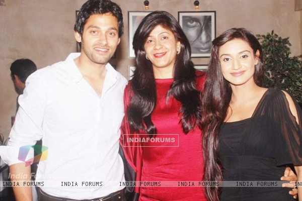 Rati Pandey with costar Sumit Vats and producer Ila Bedi in 100 complete episodes success party