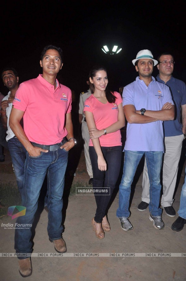 Shreyas Talpade, Shazahn Padmsee and Ritesh Deshmukh at air baloon music promotion of Housefull 2 (191521)