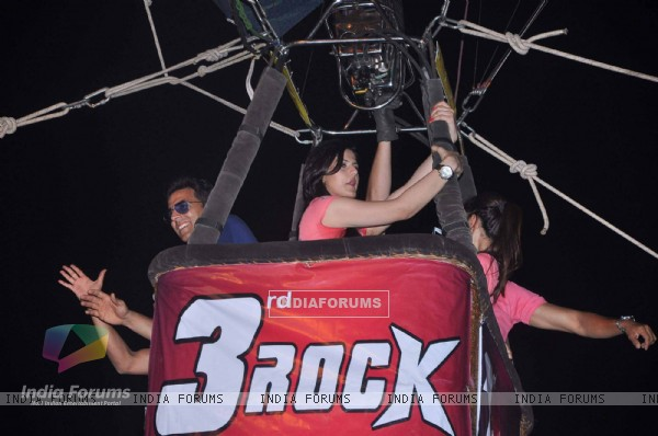 Akshay Kumar and Zarine Khan at air balloon music promotion of Housefull 2 (191525)