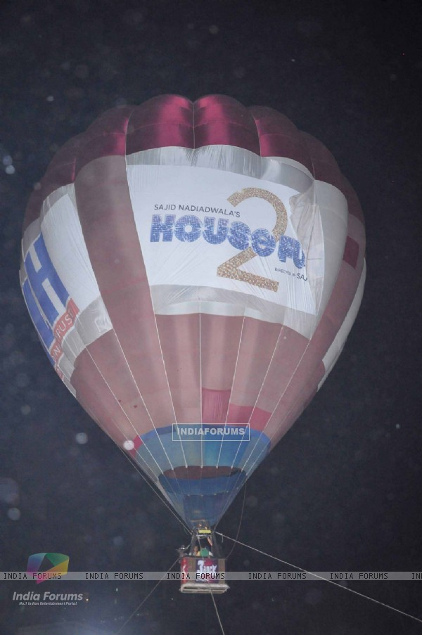 Housefull 2 air baloon music promotions (191527)