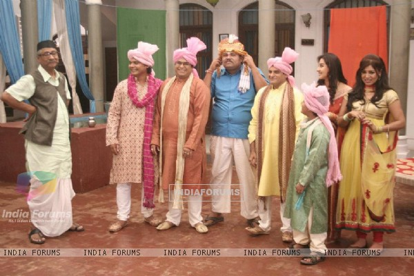 Debina Bonnerjee as Mayuri with whole team