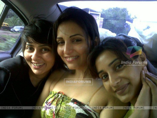 Rati Pandey with Navina bole & her friend Ashwini offscreen photo in mile jab hum tum show