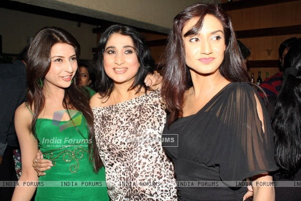 Rati Pandey with co-stars on Hitler didi party