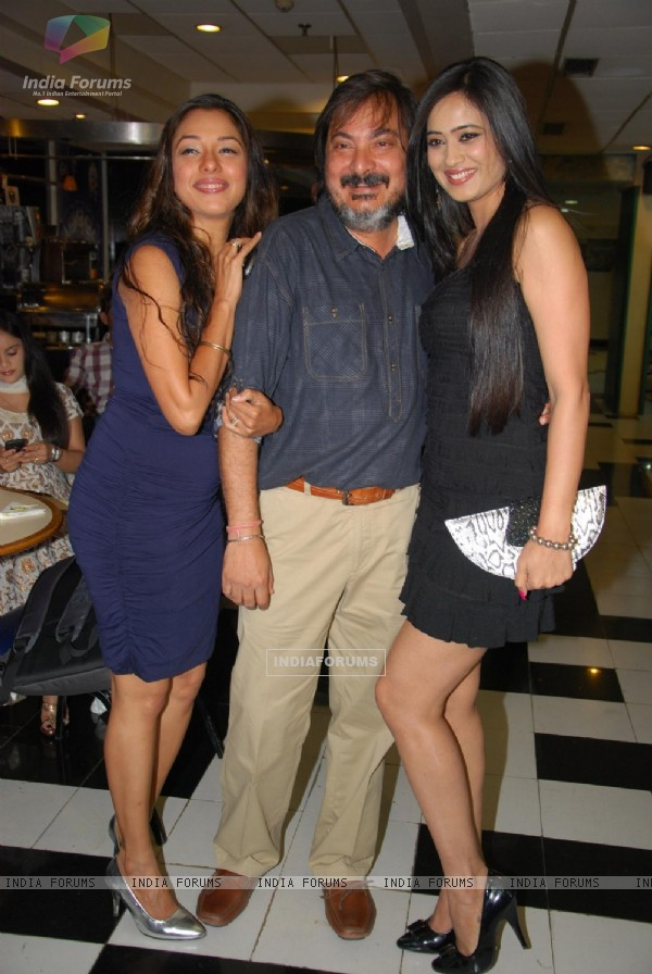 Shweta Tiwari, Rupali Ganguly with Tony Singh at Tony and Deeya Singh's bash at The Club