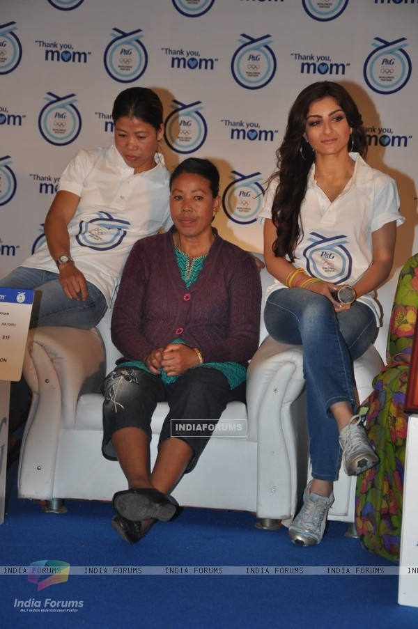 Mary Kom with mother Saneikham Kom and Soha Ali Khan at Launch of P&G's 'Thank You Mom'