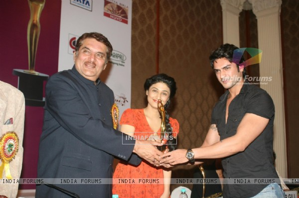Raza Murad, Ragini Khanna and Ashish Kapoor at Golden Achiever Awards 2012