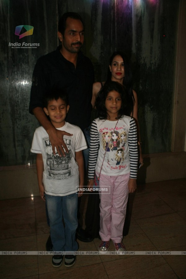 Vishwajeet Pradhan with wife and kids at Golden Achiever Awards 2012