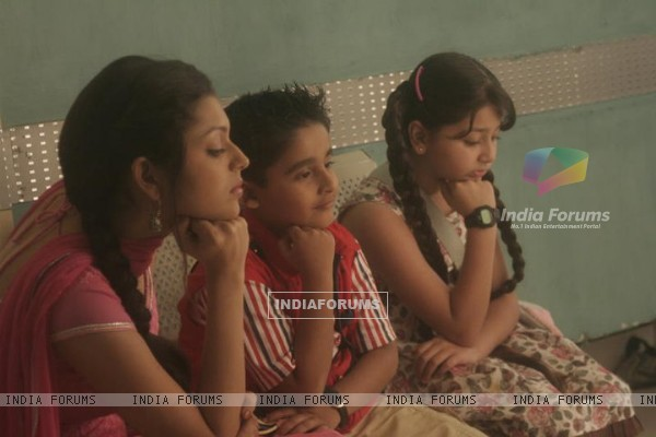 Drashti Dhami as Geet with kids in Geet Hui Sabse Parayi