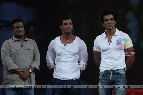 Sanjay Gupta, Sonu Sood and John Abraham on the sets of Isi Ka Naam Zindagi