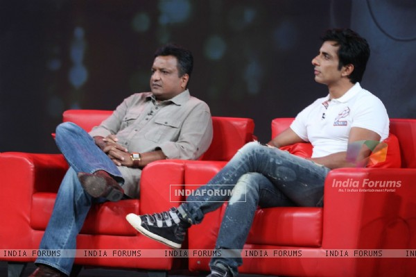 Sonu Sood and Sanjay Gupta on the show Isi Ka Naam Zindagi