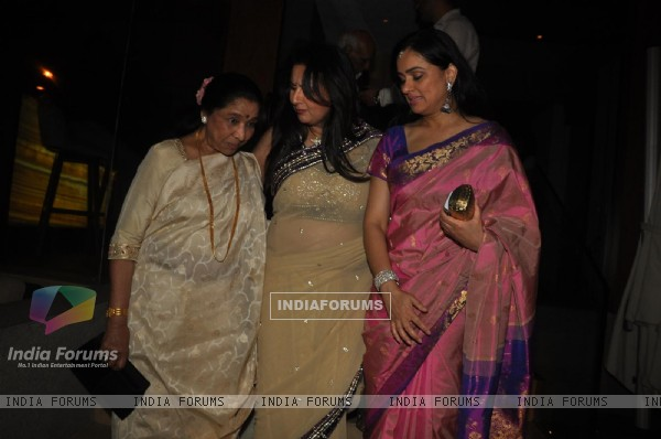 Asha Bhosle and Padmini Kolhapure with Poonam Dhillon at Poonam Dhillon's Birthday Bash