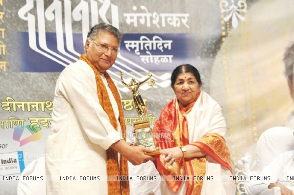 Vikram Gokhale and Lata Mangeshkar at Master Dinanath Mangeshkar Awards 2012