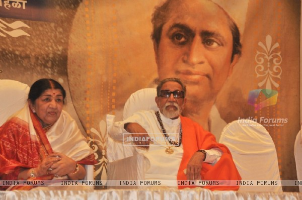Balasaheb Thackeray and Lata Mangeshkar at Master Dinanath Mangeshkar Awards 2012