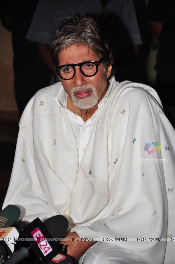 Big B speaks to media on Bofors' controversy