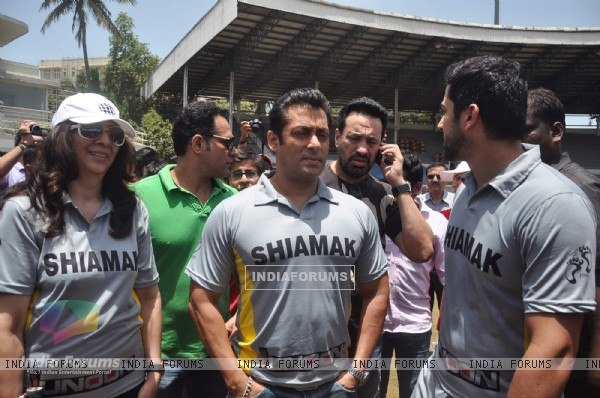 Actor Salman Khan with Aftab Shivdasani and others at the Junnon match organised by Roataract Club of HR College in Mumbai