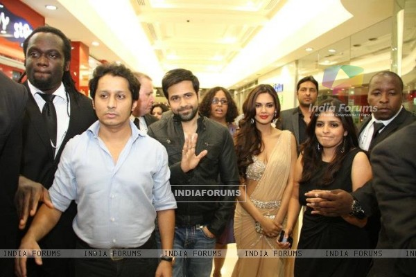 Emraan Hashmi and Esha Gupta at the premiere of Jannat 2 at Diera City Centre Dubai (196309)
