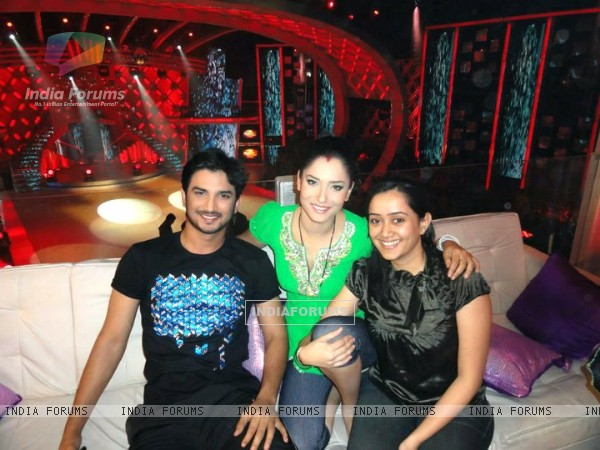 Sushant Singh Rajput and Ankita Lokhande With A Fan On Jhalak Dikhala Jaa Set