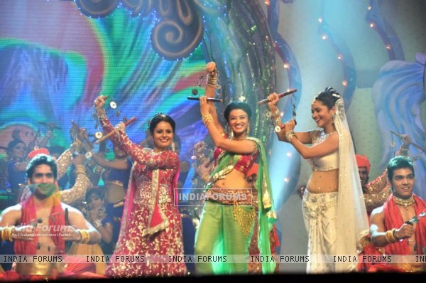 Ankita Lokhande, Suhasi Dhami and Binny Sharma Performing At Gold Awards