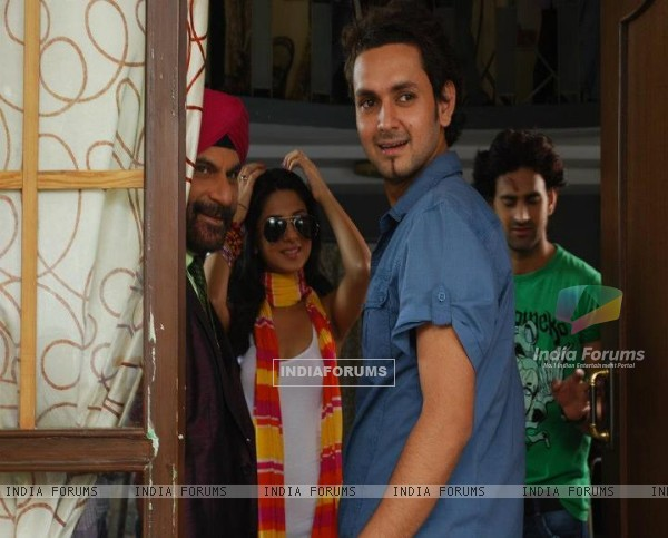 Jennifer Winget with her co-actor and crew members from 'Love kiya aur lag gayee'