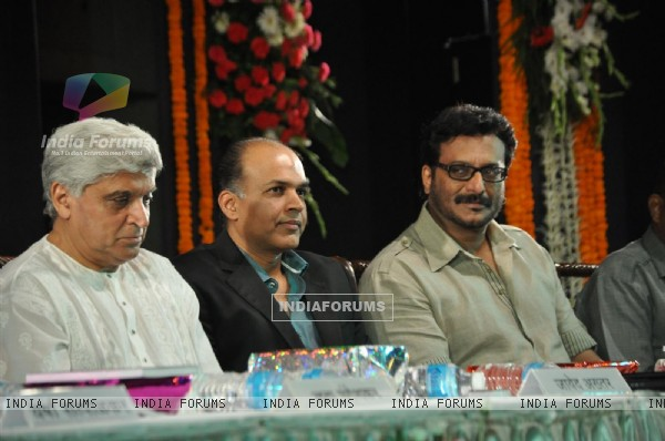 Javed Akhtar, Ashutosh Gowarikar and Milind Gunaji at Javed Akhtar's first book 'Tarkash' launch