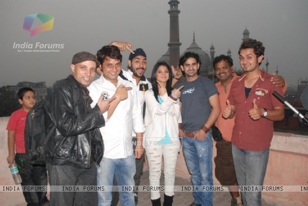 Jennifer Winget and other cast members of Love Kiya aur lag gayee in Delhi (199208)