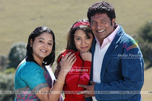 Aishwarya with Trisha and Prakash Raj during the movie Abhiyum Naanum.