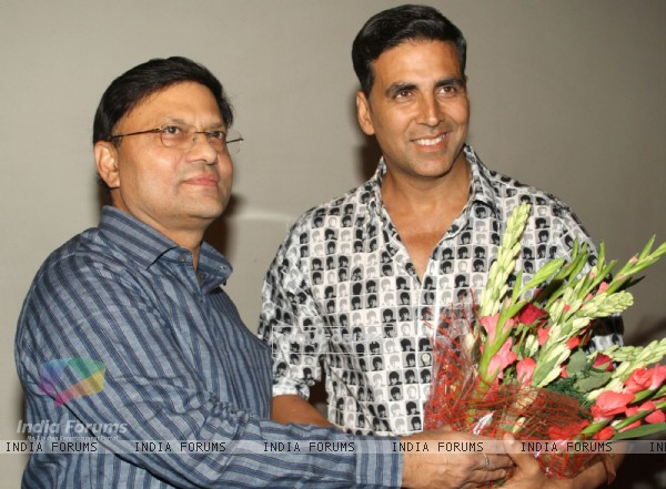 Akshay Kumar with Delhi Police Commissioner B K Gupta at special screening of film Rowdy Rathore