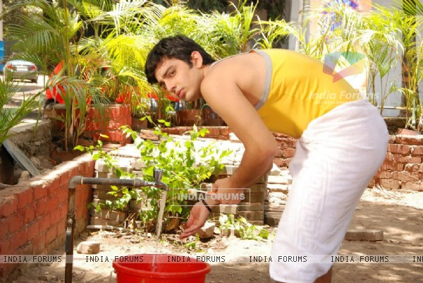 Himansh while bathing on the sets of Humse Hai Life