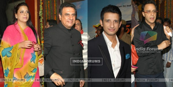Pratibha, BJP leader L.K Advani, actors Boman Irani, Sharman Joshi and director Vidhu Vinod Chopra at a special scrennig of the film 'Farrari Ki Sawaari'