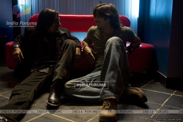 Shahid Kapoor talking to a man