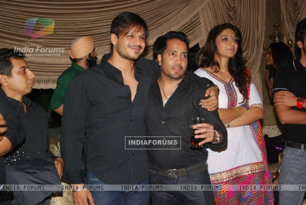 Vivek Oberoi with Mika Singh at Mika Singh's Birthday Bash