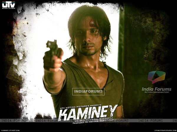 Shahid Kapoor holding a gun in movie Kaminey