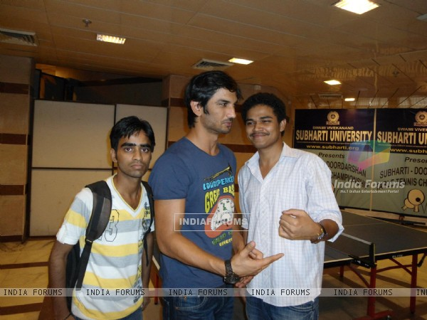 Sushant Singh Rajput With Fans At Subharti University