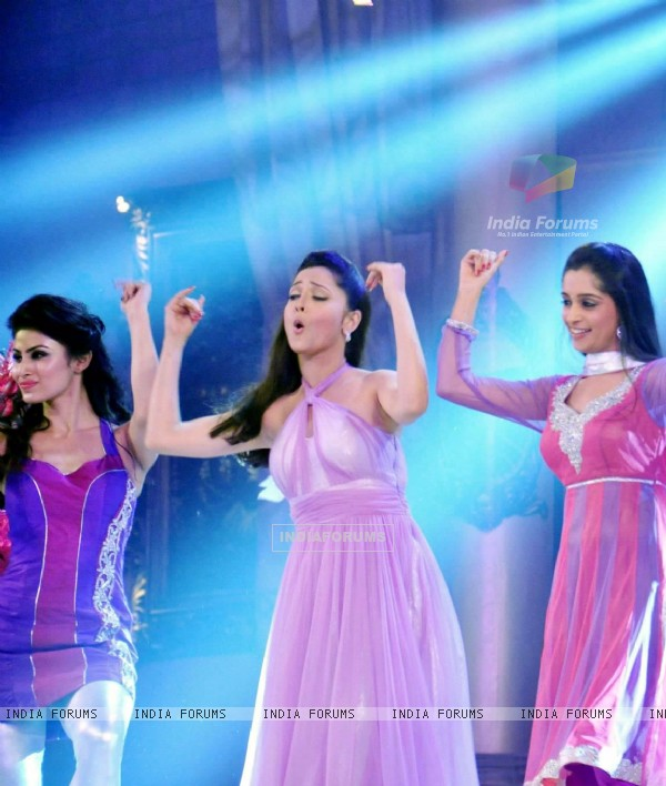 Ankita Lokhande, Mouni Roy and Dipika Samson Performing At Indian Telly Awards