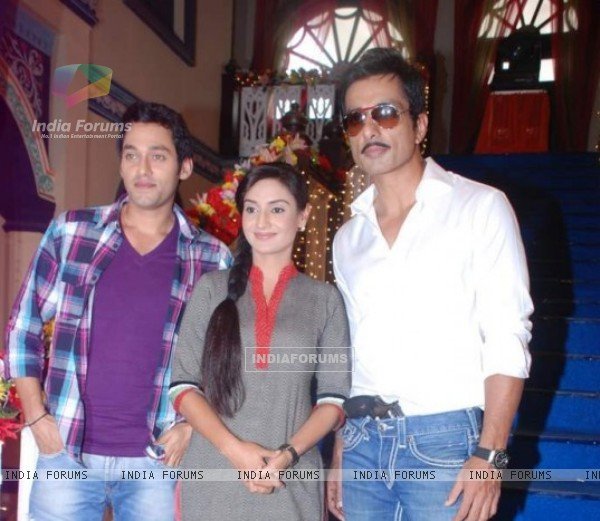 Sumit Vats and Rati Pandey with Sonu Sood in sets